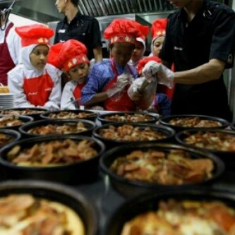 Salah satu aktivitas CSR Pizza Hut dan PHD, mengundang sejumlah anak yatim