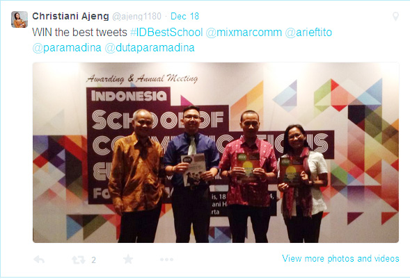 "Christiani Ajeng bersama pemenang Best Tweet lainnya pada ajang ""Indonesia School of Communications & MAangement Forum 2014"""